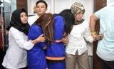 Polisi wanita (Polwan) menggiring dua tersangka mucikari dari prostitusi daring artis dan model Endang alias Siska (ES) dan Tantri (TN) ketika ungkap kasus di Subdit V Siber Ditreskrimsus Polda Jawa Timur, Kamis (10/01/2019).