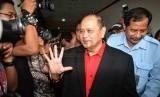 Politikus Partai Demokrasi Indonesia Perjuangan (PDI-P), Izedrik Emir Moeis usai menghadapi sidang vonis kasus dugaan suap proyek pembangkit listrik tenaga uap (PLTU) yang akan digelar di Pengadilan Tindak Pidana Korupsi, Jakarta, 14 April 2014.