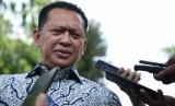 Politisi Partai Golkar Bambang Soesatyo menjawab pertanyaan wartawan seusai menemui Presiden Joko Widodo di Kompleks Istana Kepresidenan Jakarta, Senin (15/7/2019).