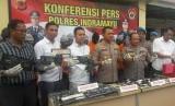 Polres Indramayu menggelar konferensi pers di Mapolres Indramayu, Selasa (18/2), dalam pengungkapan kasus penipuan dan penggelapan mobil rental dengan jumlah mobil yang diamankan mencapai 11 unit.