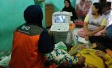 Posyandu Ibu Hamil. Pemeriksaan USG di Posyandu Ibu Hamil yang didukung Rumah Zakat.