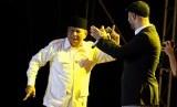 Prabowo Subianto berjoget dengan penyanyi asal Swedia Maher Zain saat tampil di konser 'Ramadan With Maher Zain' di Istora Senayan, Jakarta, Rabu (2/7) malam.