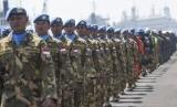 Prajurit Satgas Maritim TNI Konga XXVIII-I/UNIFIL berbaris ketika mengkuti upacara keberangkatan menuju Laut Lebanon di Dermaga Madura Koramatim, Surabaya, Jawa Timur, Kamis (11/8).