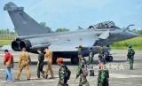 Prajurit TNI AU melakukan pengamanan terhadap pilot dan pesawat tempur Rafale Angkatan Laut Prancis di Lanud Sultan Iskandar Muda (SIM), Blangbintang, Aceh Besar, Aceh, Ahad (19/5/2019).