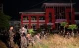 Prajurit TNI berjaga di depan Lapas Narkotika Kelas III Langkat pasca kerusuhan yang terjadi, di Langkat, Sumatera Utara, Kamis (16/5).