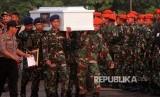 Prajurit TNI mengangkat peti jenazah korban penembakan kelompok kriminal bersenjata (KKB) yang tiba di Landasan Udara Hasanuddin, Kabupaten Maros, Sulawesi Selatan, Jumat (7/12). Sebanyak 16  jenazah korban penembakan KKB di Nduga dipulangkan dan  diserahterimakan kepada pihak keluarga.