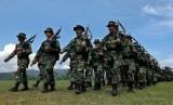 Prajurit TNI di perbatasan Papua menjalankan peran lain sebagai guru. Foto prajurit TNI ilustrasi.