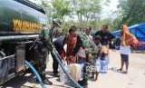 Prajurit TNI yang tergabung dalam Komando Tugas Gabungan Terpadu (Kogasgabpad) membantu mendistribusikan air bersih ke tempat pengungsian warga di Jalan Veteran, Kelurahan Tanah Modindi, Kecamatan Mantikulores, Kota Palu, Rabu (10/10).
