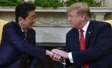 Trump Minta Jepang Perkuat Ikatan Kedua Negara. Presiden AS Donald Trump berjabat tangan dengan Perdana Menteri Jepang Shinzo Abe di Gedung Putih, Washington, AS.