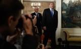 Presiden AS Donald Trump tiba di Ruang Penerimaan Diplomatik, Gedung Putih, Rabu (6/12). Trump mengakui Yerusalem sebagai Ibu Kota Israel meskipun langkahnya mendapat kecamannegara-negara Arab, Muslim, dan Uni Eropa.
