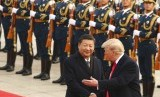 Presiden Cina Xi Jinping dan Presiden AS Donald Trump di Beijing, Cina, Kamis (9/11).