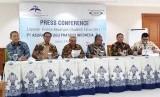 Presiden Direktur PT Asuransi Tugu Pratama Indonesia Tbk Indra Baruna (tengah) bersama direksi PT ATPI dalam paparan kinerja purna tahun 2017 di Jakarta, Kamis (5/4).