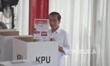 Presiden Joko Widodo bersama Ibu Iriana Joko Widodo menggunakan hak suaranya di TPS 008, Kelurahan Gambir, Kecamatan Gambir, Jakarta Pusat, Rabu (17/4).