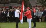 Presiden Joko Widodo bersama Ketua Pelaksana Asian Games Erick Thohir saat melepas kontingen tim Indonesia yang akan berlaga di Asian Games 2018