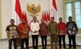 Presiden Joko Widodo bersama pemimpin organisasi serikat buruh, Jumat (26/4).