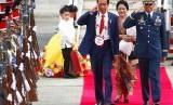 Presiden Joko Widodo dan Ibu Negara Iriana Widodo saat tiba di Clark International Airport di Clark, Filipina, Ahad (12/11). Jokowi menghadiri Konferensi Tingkat Tinggi ASEAN di Manila.