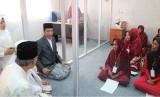 Presiden Joko Widodo didampingi Dewan Komisioner OJK  meresmikannBank Wakaf Mikro di Pesantren An Nawawi Tanara, Rabu (14/3).
