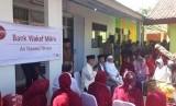 Presiden Joko Widodo ditemani Dewan Komisioner OJK, dan Ketua MUI Ma'ruf Amin meresmikan Bank Wakaf Mikro, di Pesantren  An Nawawi Tanara, Rabu (14/3).