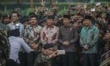 Presiden Joko Widodo (dua kiri) didampingi Menpora Imam Nahrawi (kanan) Menko Polhukam Wiranto (tengah) Panglima TNI Marsekal Hadi Tjahjanto (dua kiri) dan Gubernur DIY Sri Sultan HB X (kiri) berfoto bersama pemuda Kokam dan GP Ansor saat Apel Kebangsaan Pemuda Islam Indonesia di pelataran Candi Prambanan, Sleman, DI Yogyakarta, Sabtu (16/12). Apel kebangsaan yang diikuti 20.000 pemuda muslim dari Kokam dan GP Ansor ini untuk menyampaikan pesan merawat kebinekaan dan mensyukuri perbedaan dalam menegakkan NKRI.