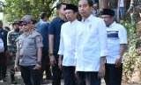 Presiden Joko Widodo (Jokowi) bersama Gubernur NTB TGB Zainul Majdi dan sejumlah menteri meninjau lokasi pengungsian di Lombok Utara, pada Senin (13/8) dan Selasa (14/8).