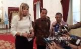 Presiden Joko Widodo (Jokowi) bersama Ratu Maxima melakukan konferensi pers terkait perkembangan keuangan inklusi, di Istana Negara, Selasa (13/1).