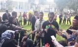 Presiden Joko Widodo (Jokowi) mengenakan jaket berlambang Asian Games ketika bertemu puluhan perwakilan OSIS dari seluruh Indonesia.