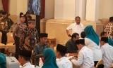 Presiden Joko Widodo (Jokowi) menyalurkan zakatnya melalui Badan Amil Zakat Nasional (Baznas) yang membuka layanan pembayaran zakat di Istana Negara, Jakarta, Kamis (16/5).