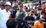 Presiden Joko Widodo (Jokowi)  saat meninjau program padat Karya tunai di kelurahan Batumerah, Ambon, Rabu (14/2).