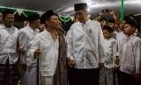 Presiden Joko Widodo (kanan) berbincang dengan pengasuh Pondok Pesantren Girikesumo KH Munif Zuhri (kiri) saat berkunjung ke pesantren tersebut di Desa Banyumeneng, Mranggen, Demak, Jawa Tengah, Jumat (19/10/2018).
