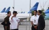 Presiden Joko Widodo (kanan) berbincang dengna Menteri Perhubungan Budi Karya Sumadi (kedua kiri), Menteri BUMN Erick Thohir (kiri) dan Dirut Angkasa Pura II Muhammad Awaluddin (kedua kanan) disela meresmikan landasan pacu tiga Bandara Internasional Soekarno-Hatta (Soetta), East Connection Taxiway (ECT), terminal tiga dan gedung VIP Bandara Soekarno-Hatta di Tangerang, Banten, Kamis (23/1/2020).