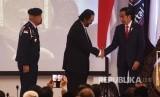 Presiden Joko Widodo (kanan) berjabat tangan dengan Ketua Umum Partai Nasdem Surya Paloh (tengah) disaksikan Gubernur Akademi Bela Negara IGK Manila saat Peresmian Akademi Bela Negara di Jakarta, Minggu (16/7).