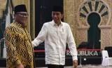 Presiden Joko Widodo (kanan) berjalan bersama Ketua DPD Oesman Sapta Odang (kiri) saat tiba untuk berbuka puasa bersama anggota dan pimpinan DPD di Jakarta, Rabu (15/5/2019).