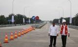 Presiden Joko Widodo (kanan) bersama Menteri PUPR Basuki Hadimuljono (kiri) meninjau Jalan Tol Trans Sumatera ruas gerbang tol Kualanamu saat diresmikan di Deli Serdang, Sumatera Utara, Jumat (13/10).