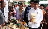 Presiden Joko Widodo (kanan) didampingi Menteri BUMN Rini Soemarno (ketiga kanan) dan Wakil Wali Kota Bekasi Tri Adhianto (kedua kanan) meninjau stand produk usaha kecil menengah nasabah program Membina Ekonomi Keluarga Sejahtera (Mekaar) saat kunjungan kerja di Bekasi, Jawa Barat, Jumat (25/1/2019).