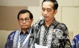 Presiden Joko Widodo (kanan) didampingi Sekretaris Kabinet Pramono Anung