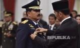 Presiden Joko Widodo (kanan) menyematkan tanda pangkat kepada Panglima TNI Marsekal TNI Hadi Tjahjanto (kedua kiri) saat upacara pelantikan di Istana Negara, Jakarta, Jumat (8/12).