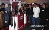 Presiden Joko Widodo (kedua kanan) didampingi Founder dan CEO Bukalapak Achmad Zaky (ketiga kanan) dan Co-Founder dan President Bukalapak Fajrin Rasyid (kanan) meninjau stan mitra Bukalapak saat Perayaan HUT ke-9 Bukalapak di Jakarta, Kamis (10/1)