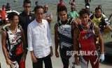 Presiden Joko Widodo (kedua kiri) berpose dengan atlet Jetski ketika meninjau venue Jetski di Kawasan Ancol Jakarta, Senin (6/8).