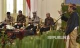 Presiden Joko Widodo (kedua kiri) bersama Menteri Pendidikan dan Kebudayaan Muhadjir Effendy (kiri), Menteri Pariwisata Arief Yahya (tengah) dan Kepala Staf Presiden Teten Masduki (kedua kanan) menyimak dialog dan masukan raja dan sultan se-Indonesia di Istana Bogor, Jawa Barat, Kamis (4/1).