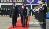 Presiden Joko Widodo (kedua kiri) didampingi Ketua Umum Partai Nasdem Surya Paloh (kiri).