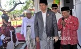Presiden Joko Widodo (ketiga kanan) didampingi Ketua MUI KH Maruf Amin (kiri), Ketua Dewan Komisioner OJK (Otoritas Jasa Keuangan) Wimboh Santoso (kedua kanan) serta Ketua Bank Wakaf Mikro Tanara Syamsudin (kanan) meninjau lokasi Bank saat Peluncuran Bank Wakaf Mikro Tanara di Serang, Banten, Rabu (14/3).