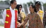 Presiden Joko Widodo (kiri) berbincang dengan Menteri BUMN Rini Soemarno (kanan) seusai meresmikan Tol Solo-Ngawi segmen Sragen-Ngawi di Rest Area KM 538, Sragen, Jawa Tengah, Rabu (28/11/2018).
