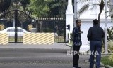 Presiden Joko Widodo (kiri) berbincang dengan Menteri Koordinator bidang Kemaritiman Luhut Panjaitan (kanan) usai rapat terbatas tentang ketersediaan anggaran dan pagu indikatif tahun 2020 di Kompleks Istana Kepresidenan, Jakarta, Senin (22/4/2019)