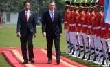 Satu hari menjelang putusan sengketa hasil pemilihan presiden, Presiden Joko Widodo (kiri) menerima kunjungan Presiden Argentina Mauricio Macri (kanan) di Istana Bogor, Rabu (26/6/2019). Mahkamah Konstitusi (MK) akan membacakan putusan sengketa pilpres 2019 pada Kamis (27/6) besok.