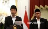 Presiden Joko Widodo (kiri) bersama Menteri Agama Lukman Hakim Saifuddin memberikan keterangan pers terkait kuota jamaah haji di Istana Merdeka, Jakarta, Rabu (11/1).