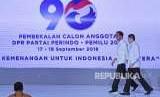 Presiden Joko Widodo (kiri) didampingi Ketua Umum Partai Perindo Harry Tanoesoedibjo (kanan) bersiap memberikan pembekalan bagi calon anggota legislatif Partai Perindo di Jakarta, Senin (17/9).