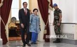 Presiden Joko Widodo (kiri), Ketua Dewan Pengarah Badan Pembinaan Ideologi Pancasila (BPIP) Megawati Soekarnoputri (kedua kanan), berjalan bersama usai pertemuan tertutup di Istana Merdeka, Jakarta, Selasa (21/5/19).