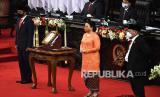 Presiden Joko Widodo (kiri), Ketua DPR Puan Maharani dan Ketua DPD La Nyalla Mattalitti berfoto usai penyerahan RUU tentang APBN tahun anggaran 2021 beserta nota keuangan dan dokumen pendukungnya pada pembukaan masa persidangan I DPR tahun 2020-2021 di Kompleks Parlemen, Senayan, Jakarta, Jumat (14/8/2020).