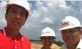 Presiden Joko Widodo (kiri) dan Menteri PUPR Basuki Hadimoeljono saat memantau perkembangan pembangunan jalan Trans Sumatra ruas tol Pekanbaru-Dumai, Juli 2017.