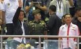 Presiden Joko Widodo (kiri) saat menyaksikan final Piala Presiden 2017 di Stadion Pakansari, Bogor, Ahad (12/3).